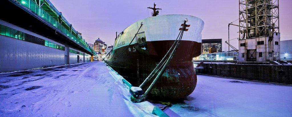 Navire dans le Vieux-Port de Montréal